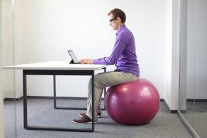 ישיבה על פיטבול במשרד