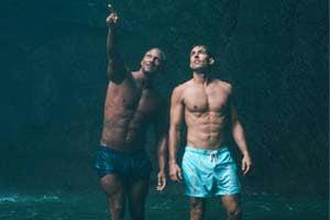 שני גברים עם שרירי בטן מדהימים