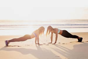 שתי בחורות מתאמנות על חוף הים