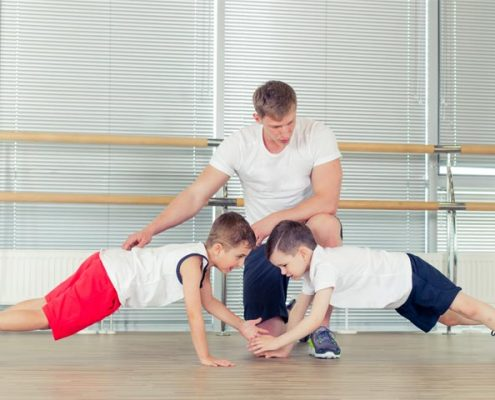 שני ילדים באימון כושר עם המאמן