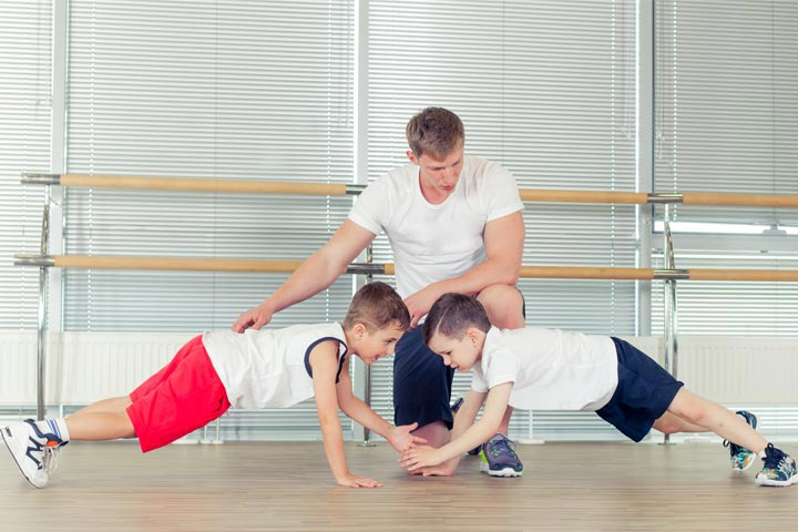 מאמן כושר באימון ילדים
