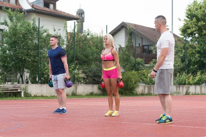 אימון כושר זוגי בחוץ