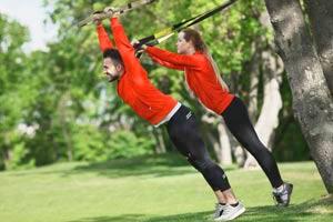 זוג עושה אימון טי אר אקס בפארק