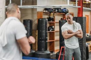 מאמן עושה שריר יד קדמית