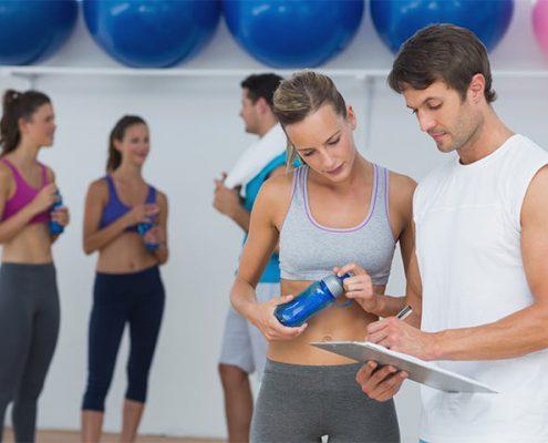 מאמן כושר בונה ללקוחה שלו תוכנית אימונים