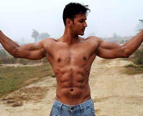 גבר עם גוף שרירי וחטוב