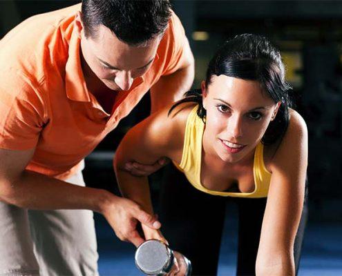 מאמן כושר אישי באימון עם הלקוחה שלו
