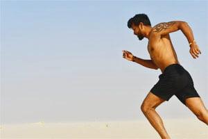 אדם רץ בחוץ בלי חולצה
